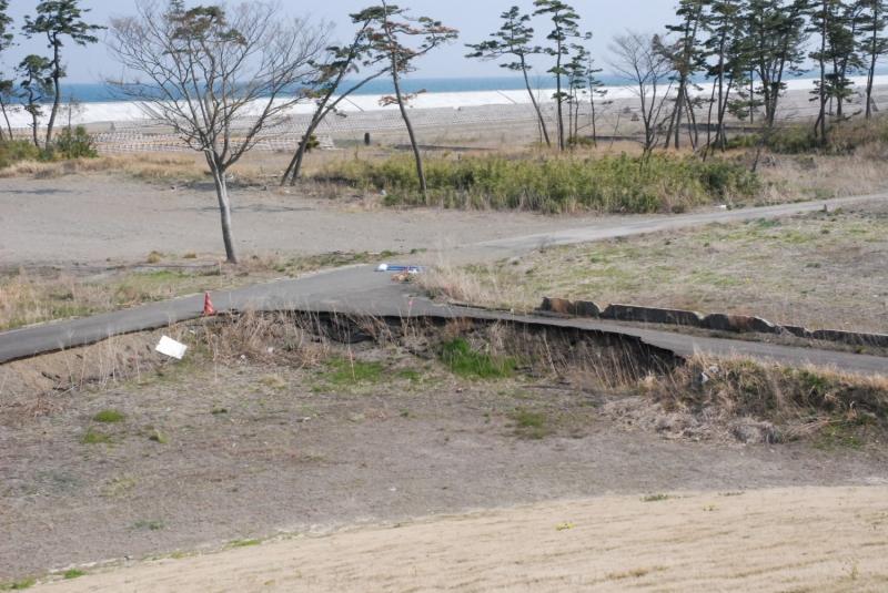 津波にえぐられた道路にこの町にあった生活が感じられる
