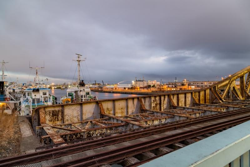瑞穂橋梁の錆びれた感と曇り空が印象的です