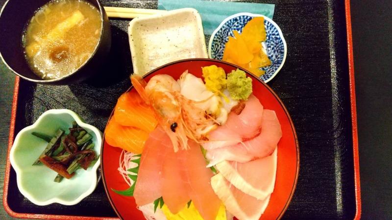 メカジキの他にもマグロ、サーモンなどが乗った海鮮丼