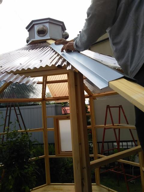 屋根の間に自作のトタンを貼る義父