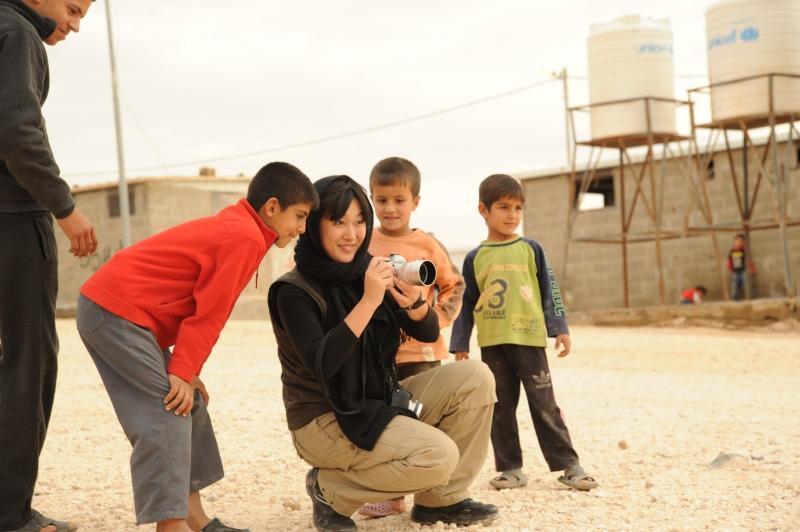 中東の子どもたちとカメラを通じて心の距離を縮める。(提供:NPO法人 国境なき子どもたち)