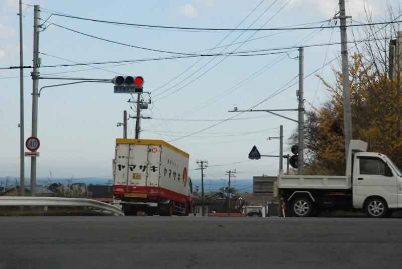 イオン広野からは海が見える。パンメーカーのトラックが坂を下っていく
