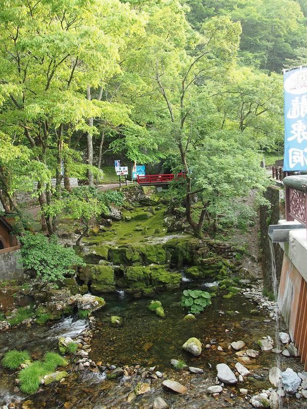 龍泉洞入口。入口は写真中央の赤い橋の奥にある
