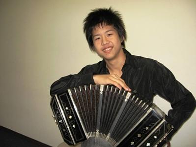 16歳で「プロデビューコンサート」を自ら企画、開催した。