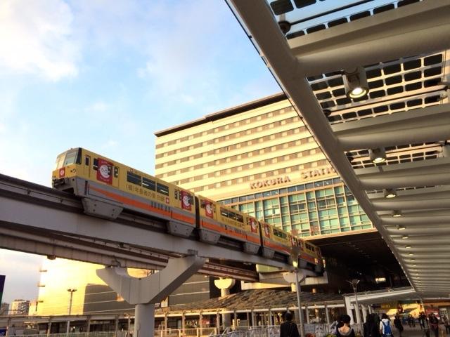 JR小倉駅ビルの土手っ腹からモノレールが発着する。その姿は未来的だが。