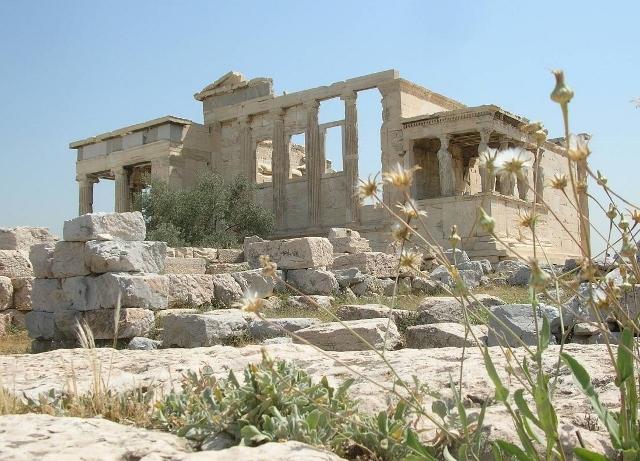 パルテノン神殿の隣に建つアテナ古神殿