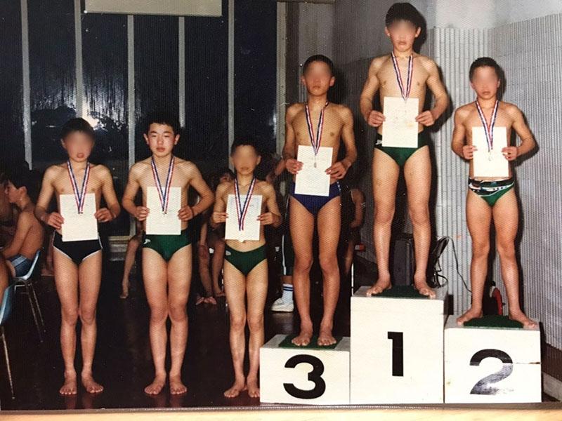 水泳が大好きなわけでなく友達と一緒にいたかった(左から2番目が中野さん)