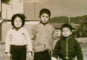 兄、姉が上にいる3人きょうだいの末っ子として育った。(右端が歌之介師匠)