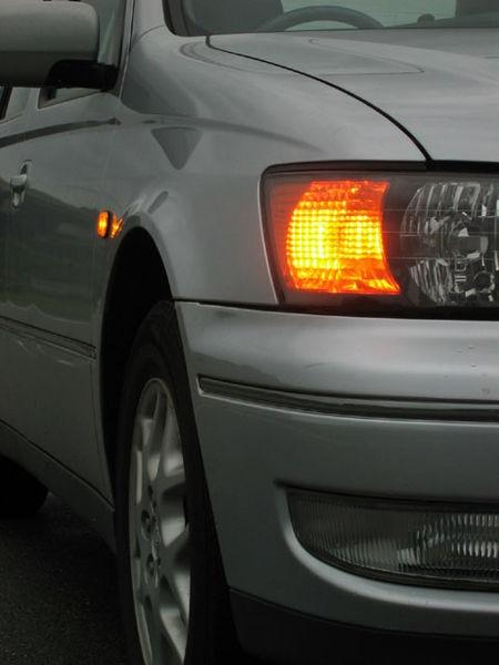 ハザードランプを点灯させ、道路の左側へゆっくり停止!