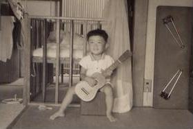 クラシックギターの教室を営む家庭で、常に音楽が身近な環境で育った。