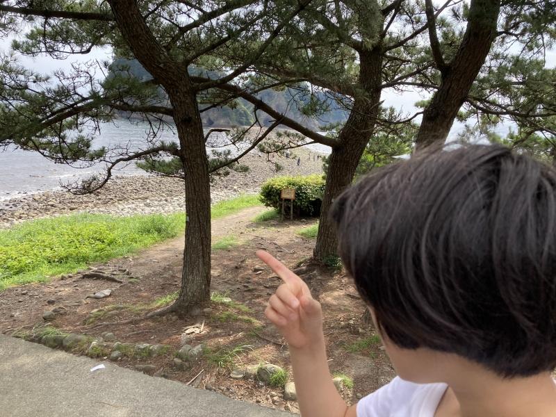 きょうはあまりの歩きにくさで大人がギブアップしたけどな、次回はおぼえとけよ三四郎島、と語る人さし指