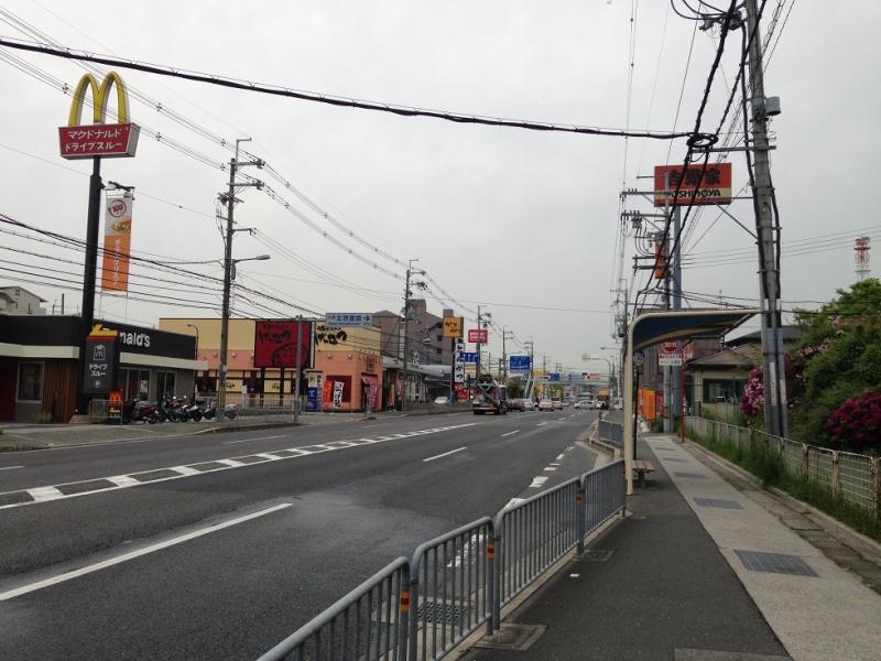 阪急バス小野原停留所、マクドとヨシギューの向こうにケンタッキー小野原店があります