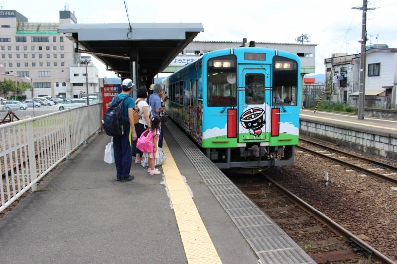 久慈駅ホームの一枚。我が家の娘もお行儀よく並んでいます。