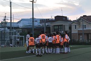 練習は夕方5時半頃から始まり、終わる頃は夜。ナイター設備もある施設だが、近隣在住者のスポーツへの理解も大きい。