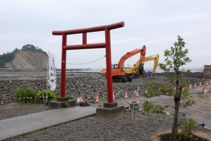 海岸すぐそばで奇跡的に難を逃れた稲荷神社のすぐ近くまで、かさ上げ工事は進められていた