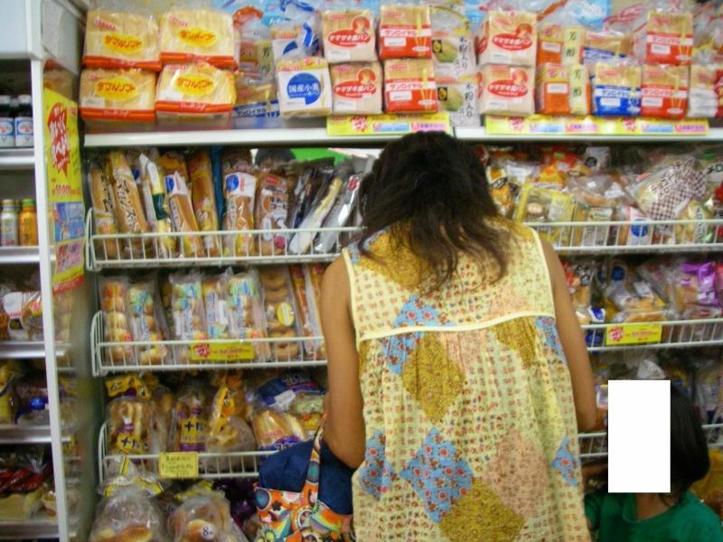 小笠原では菓子パンも貴重な存在!棚にわんさか積まれているが、入港日でほとんど売り切れてしまう