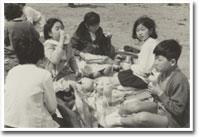6年生の遠足にて。当時から女子メンバーと 仲良くできる男の子だった。座り方も、とてもお行儀よい