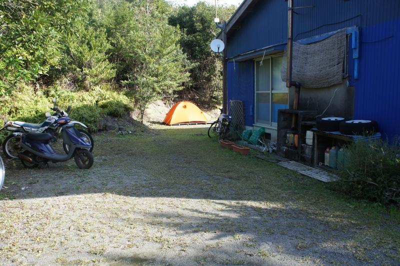建物の裏にはテントサイトがありキャンプも可能、1泊800円は貧乏旅行のミカタ