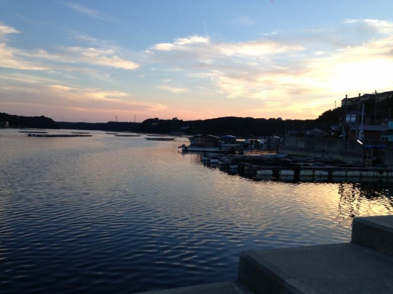日が沈む的矢湾の風景。綺麗だが、当時はそれを楽しむ余裕は無かった