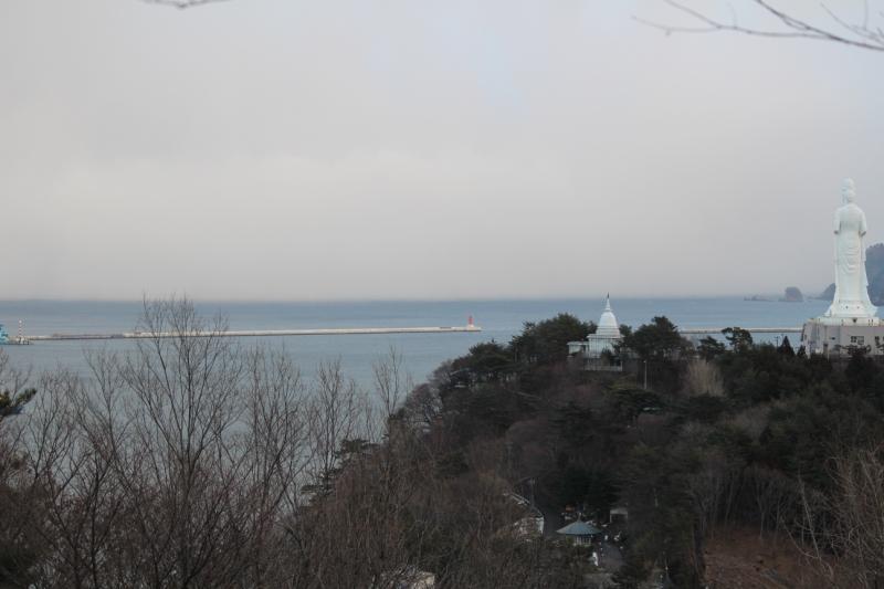 沖に見えるのが釜石の湾口防波堤