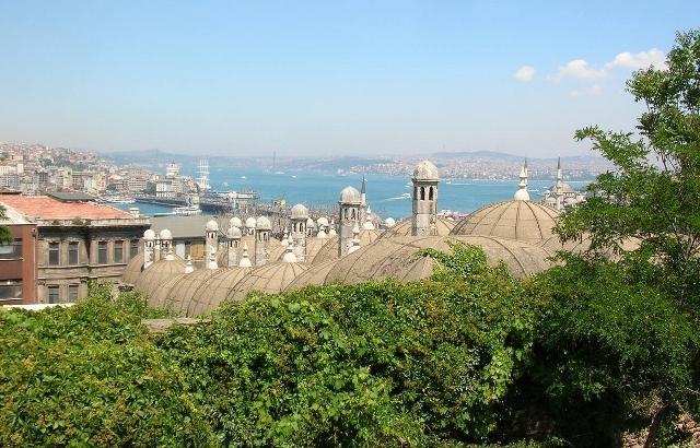 ボスポラス海峡。ヨーロッパ大陸の旧市街から撮影。海峡の右側にある陸地はアジア大陸