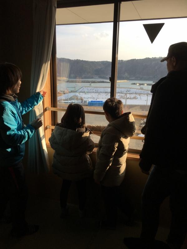 ビデオの映像と同じ場所で、子ども達は静かに外の光景を見ていました