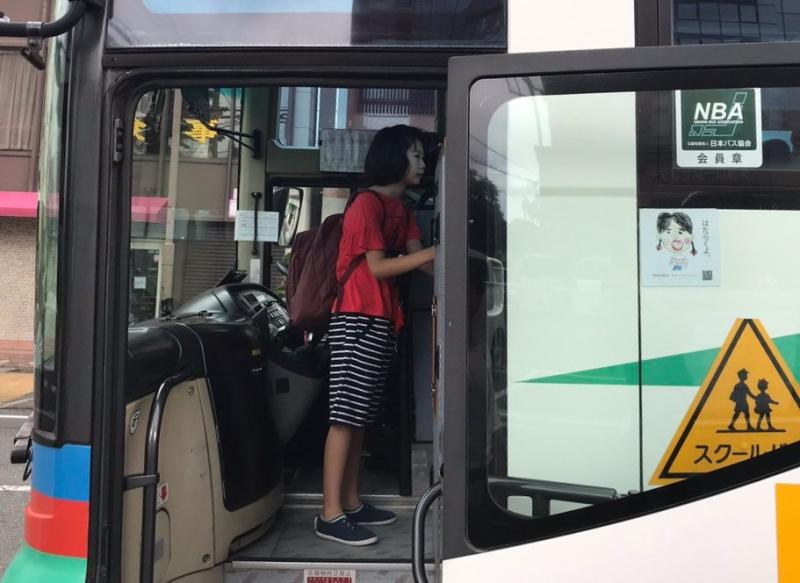 「きょうは学校に泊まるよ」と言ってはみたものの理解はできませんから、実質「何も知らずに」スクールバスに乗り込む娘。しめしめ。