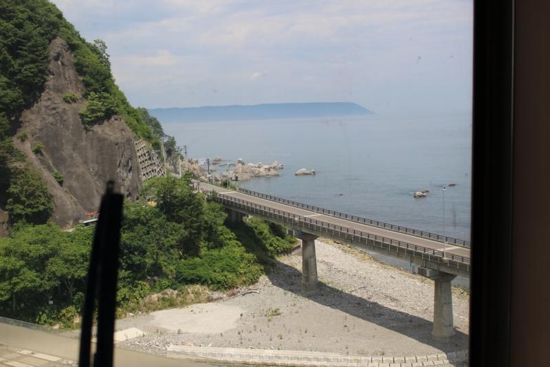 高台の絶景スポット。停車してじっくり眺める時間をくれます。
