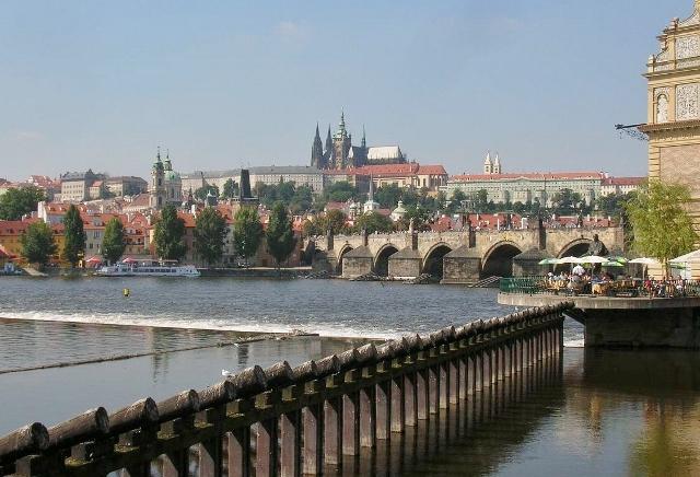丘の上に建つプラハ城。手前の橋はカレル橋