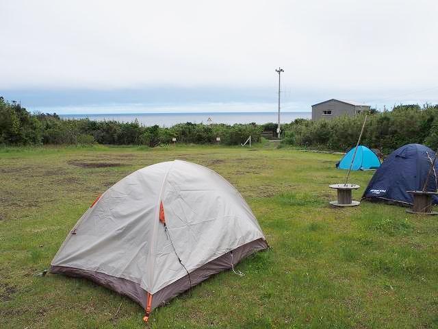 垂土海岸の臨時の野営場。一番手前はMyテント。一番奥の水色はトシ君。ラザルは写真に写っていない場所に張っている