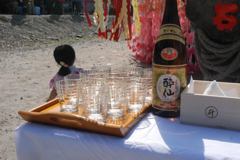 出発式のお神酒はもちろん地元大石のお酒「酔仙」。お隣の塩の山にも幾多の物語が