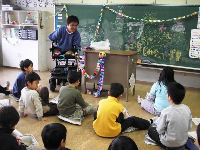 クラスのお楽しみ会にて2008年12月撮影。いつも笑顔で子どもたちに注ぐ視線があたたかい。