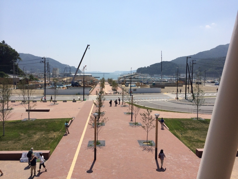 女川駅の展望デッキから海へ向かうプロムナード。建物はまだほとんどないが…
