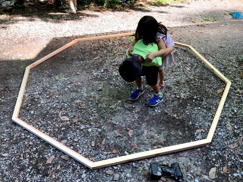 完成したハウスの実物大の正八角形。写真で見るより実際は広いです。子供たちは土俵代わりにしてお相撲さんごっこで遊んでいました。