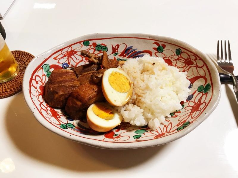 フィリピンの家庭料理「アドボ」。水、豚バラブロック、手羽先、醤油、砂糖、酢、ローリエ、ゆでたまご。