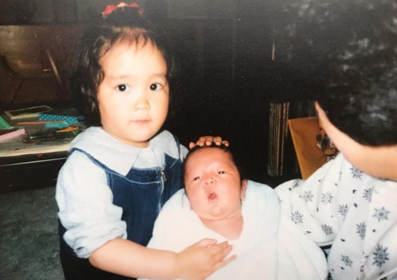弟が誕生し、はにかむお姉さん。