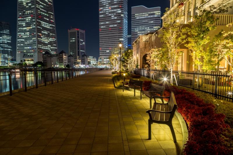 遊歩道にはベンチがあり、ゆっくり夜景を楽しめます