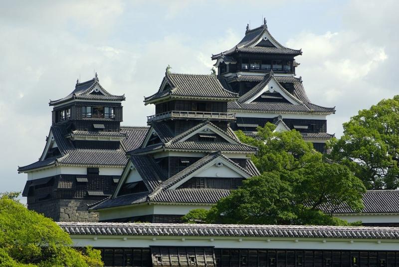 被災前の熊本城。左より小天守、宇土櫓、大天守(Wikipediaより:撮影者 名古屋太郎)