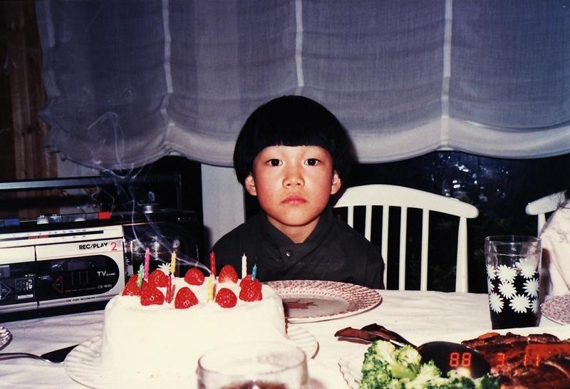 8歳のお誕生日。かわいらしい頃だが、既に7歳からヴァイオリンを始めていた