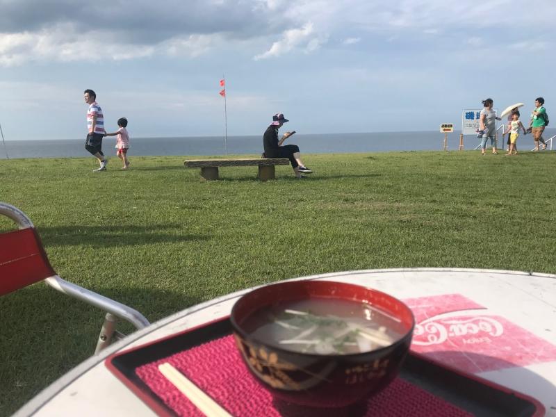 今後ここよりきれいな景色を見ながらいちご煮を食べることはないんだろうなあ、なんてことを考えながらおいしいいちご煮いただきました。長男はアンパンマンの顔をしたポテトを食べてましたが。