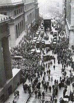 1929年の大暴落の後でウォール街に集まる群衆