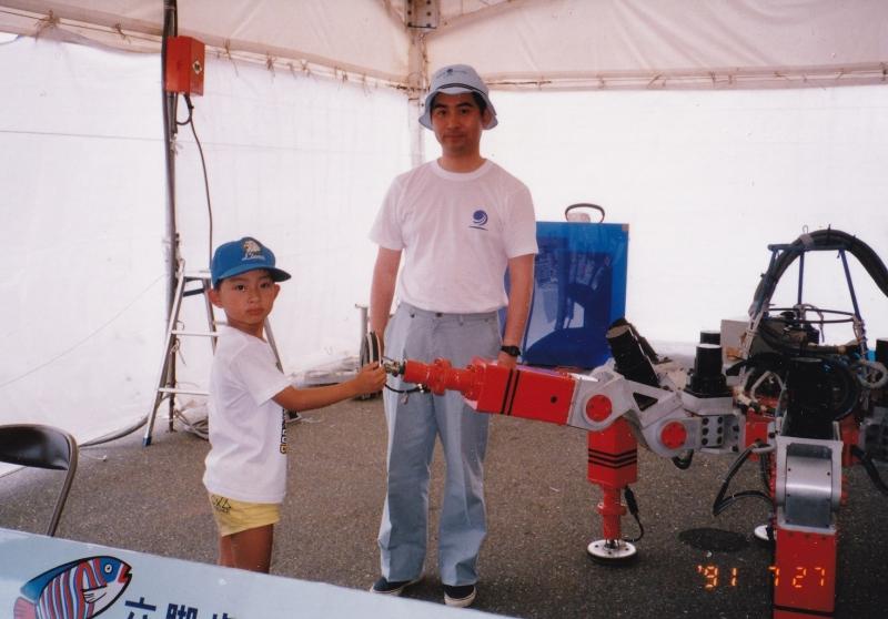 ロボットの研究者である父からの影響は、もの作りへと発展。