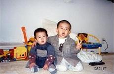 二人とも12月生まれで3歳、1歳になってすぐのツーショット。坊主頭もかわいい!