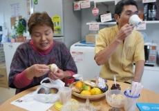 スガハラ理容店のパパこと菅原紀友さんと、佐藤三栄さん差し入れのイチジクをいただいて、さらにおしゃべりタイムは続く…