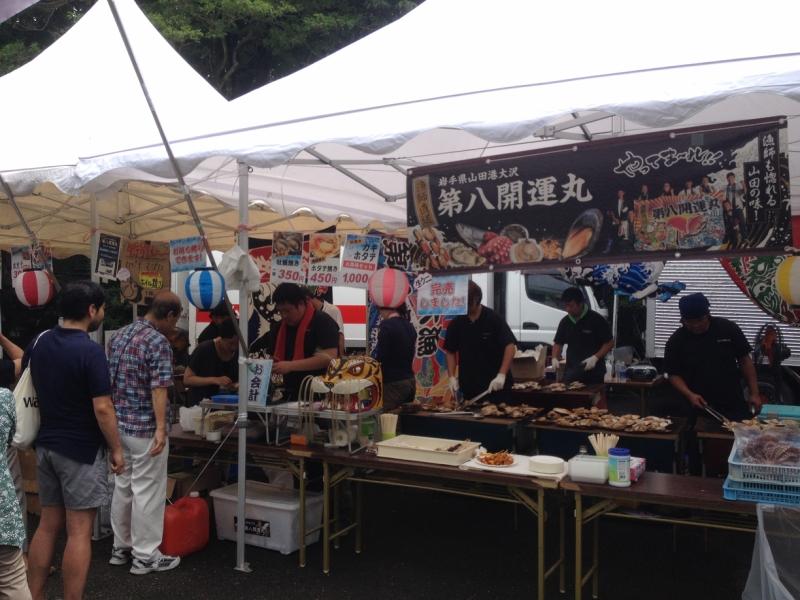 横断幕に堂々と描かれた「漁師も惚れる山田の味」の文字!