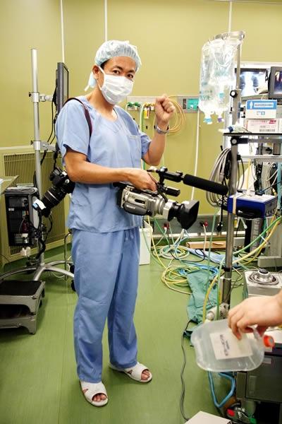 病院にて10時間近くに及ぶ心臓オペの取材・撮影に臨む伊藤氏