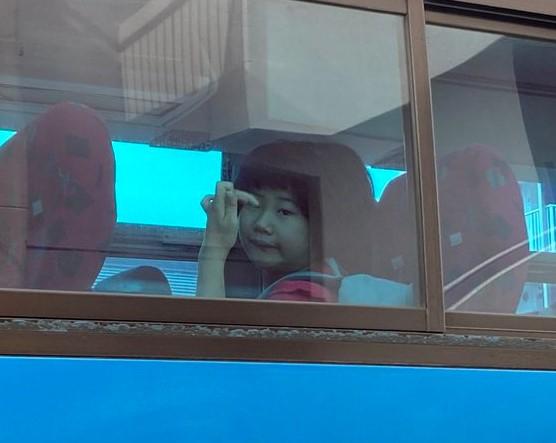 手が激しく動くのは機嫌がいい証拠。きょうもスクールバスに飛び乗りました(*^-^*)