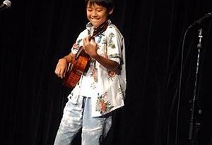 9歳の時、ソニーミュージックアカデミーウクレレコンテストで優勝した。