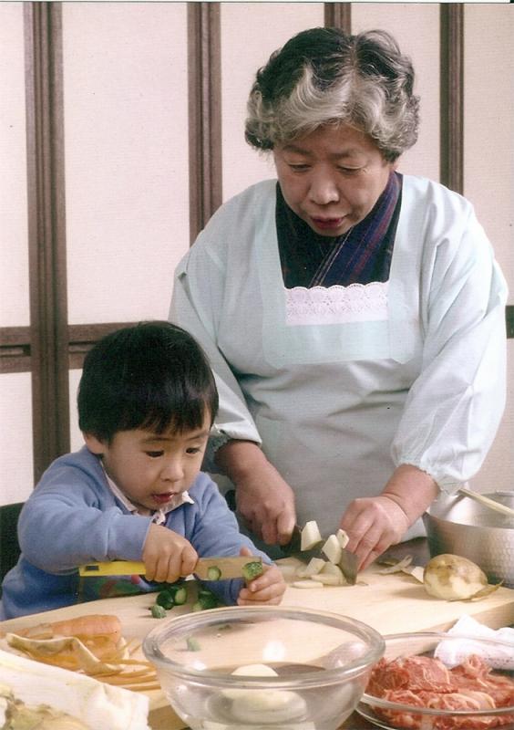 3歳頃には祖母の傍で包丁を使えた。