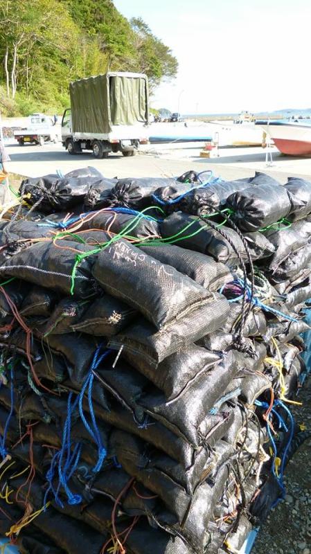 ワカメの養殖ロープへ付ける重りのサンドバック。この袋もふんばろうからの支援品!全てハンドメイドで激励の言葉が一枚一枚に。